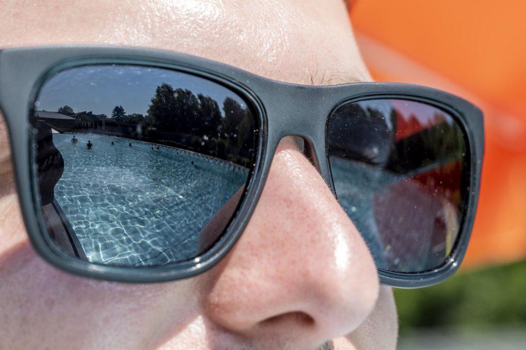 Schwimmbecken spiegelt sich in Sonnenbrille