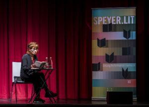 Monika Helfer liest auf der Bühne des Alten Stadtsaals