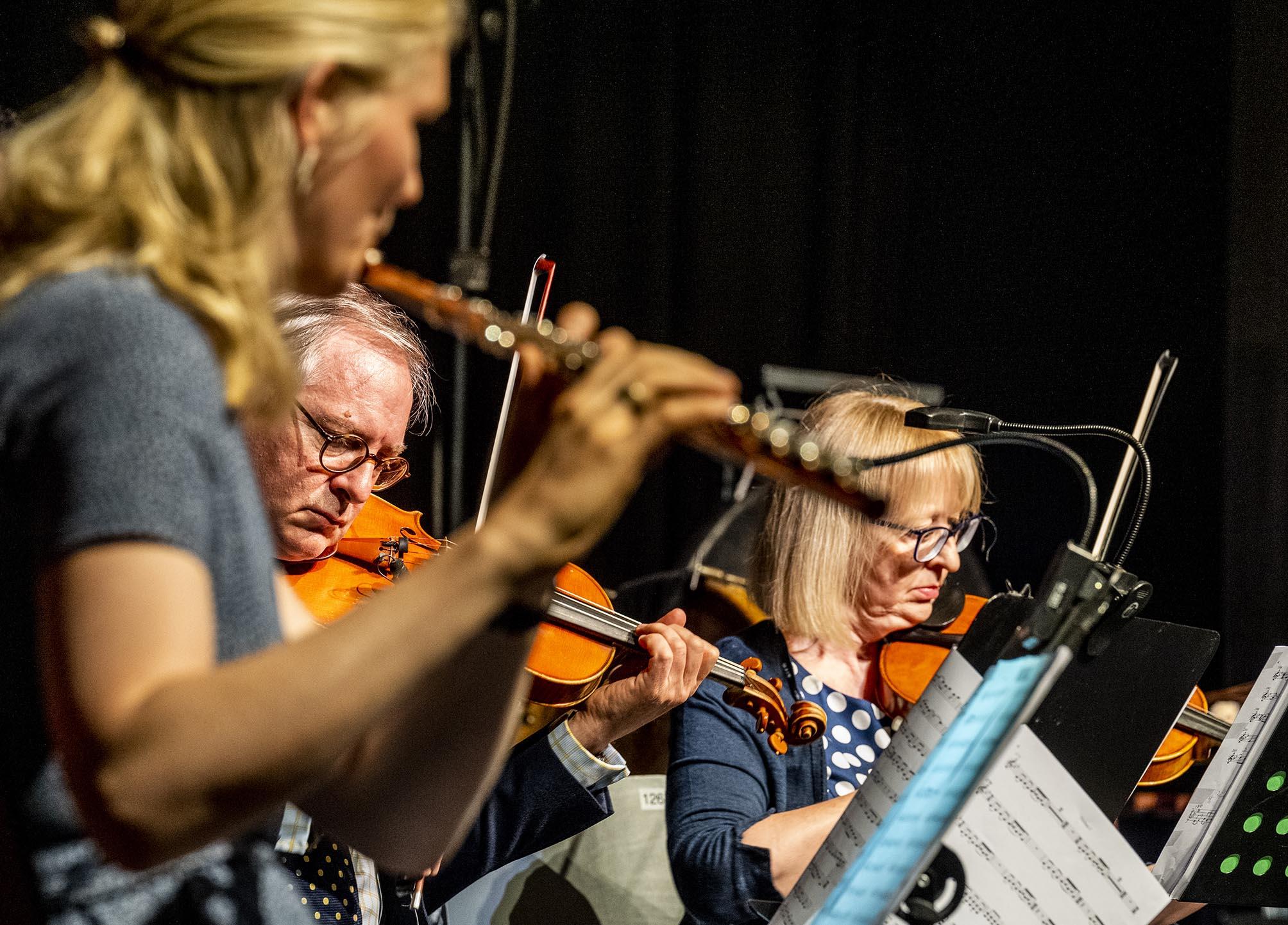 Musiker des Ensembles Colourage in der Nahaufnahme (Querflöte und Geigen)